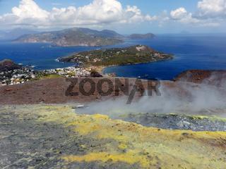 Blick vom großen Krater von Vulcano Richtung Lipari, Liparische Inseln, Italien
