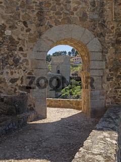 Torbogen mit Blick auf die Brücke San Martin, Toledo, Spanien