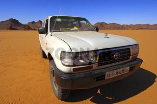 Toyota Geländewagen in Weitwinkelperspektive in der Sahara