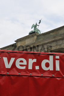 verdi-Schriftzug vor dem Brandenburger Tor, Berlin