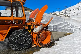 Frästrommel und Schneeauswerfer einer Schneefräse vor einer Schneewand