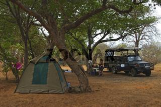 Campingplatz mit Zelt und Geländewagen im  Chobe River Nationalpark