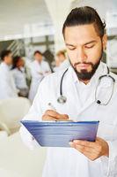 Mann als Doktor macht sich Notizen