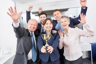 Geschäftsleute als Sieger Team mit Pokal