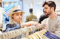 Junges Paar beim Shopping nach Kleidung