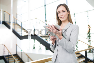 Erfolgreiche Geschäftsfrau mit Tablet PC