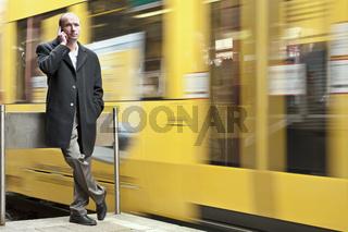 junger Mann und gelbe Strassenbahn