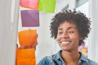 Frau im Start-Up Workshop sammelt kreative Ideen
