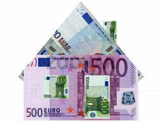 Euro Banknoten als Haus - Eigenheim dargestellt