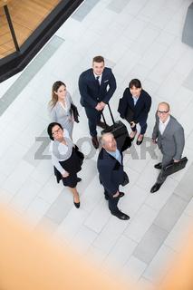 Geschäftsleute aus dem Berater Team mit Gepäck