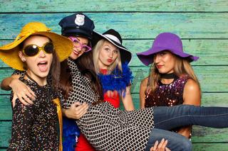 4 feine damen vor einer fotobox - spaß mit photobooth