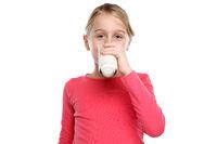 Mädchen Kind trinken Milch Glas gesunde Ernährung Freisteller freigestellt isoliert