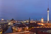 Berlin City nachts mit Fernsehturm und Berliner Dom