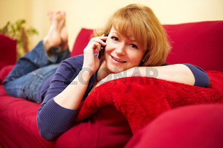 Bequem auf dem Sofa telefonieren