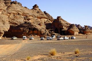 Geländewagen auf einem Parkplatz in der Wüste