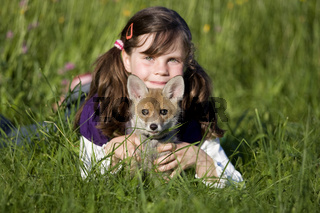 Mädchen mit jungem Rotfuchs, Girl with young red fox