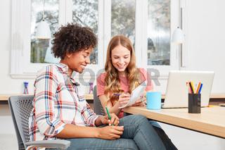 Zwei weibliche Studenten lernen zusammen