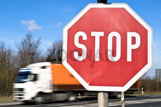 LKW und Stopschild
