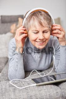 Frau als Senior hört online Musik