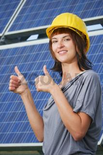 Junge Photovoltaik Ingenieurin