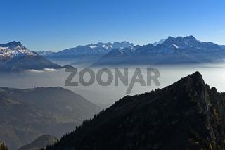 Bliick über den Herbstnebel im Rhone-Tal auf die Gipfel der Dents du Midi