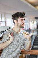 Junger Mann mit einer Kreditkarte im Einzelhandel