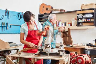 Lehrling arbeitet an einer Gitarre
