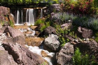 Kleine Wasserfall im mediterranen Garten