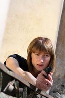Frau schießt mit Pistole