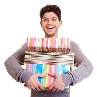 Mann trägt Geschenke
