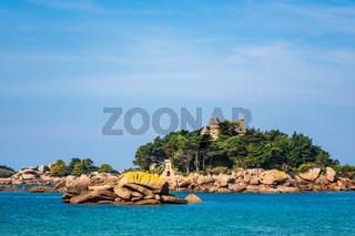 Atlantikküste in der Bretagne bei Ploumanach, Frankreich