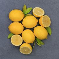 Zitrone Zitronen Früchte quadratisch Schiefertafel von oben