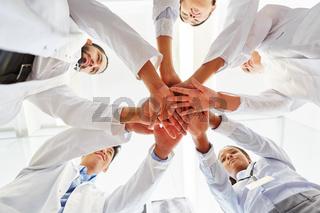 Junges Ärzte Team stapelt Hände