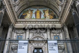 am Portal des Berliner Dom
