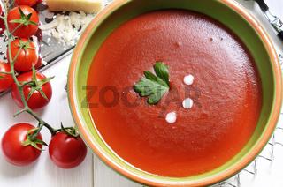 Tomatensoße und frische Tomaten