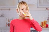 Mädchen trinken Orangensaft Orangen Saft gesunde Ernährung