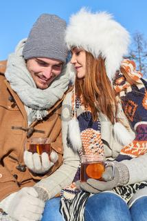Liebespaar im Winterurlaub macht Teepause