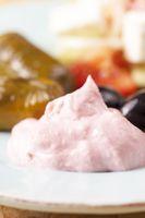 griechisches Taramas und gefüllte Weinblätter mit Salat