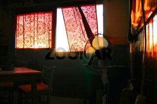 Zimmer mit roten Vorhängen