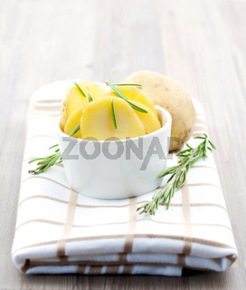 Kartoffelscheiben und Rosmarin / potato sliced with rosemary