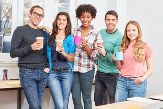 Studenten machen eine Kaffeepause im Büro