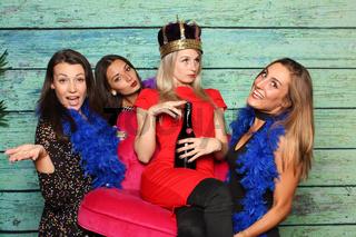 freundinnen tragen ihre königin auf einem stuhl - fotobox party