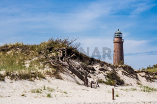 Der Weststrand mit Leuchtturm an der Küste der Ostsee