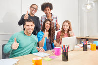 Business Start-Up Team hebt die Daumen hoch