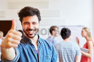 Mann in Start-Up hält Daumen hoch