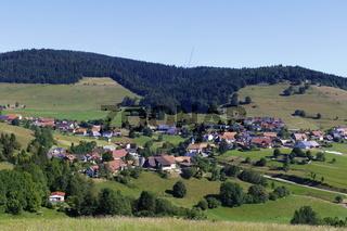 Gersbach, Blick über Gersbach zum Rohrenkopf, mit erstem Baukran für die Windkraftanlage.