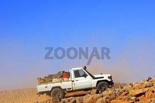 Jeep fährt auf einer steinigen Schotterpiste