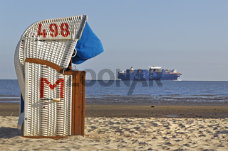 Containerschiff im Wattenmeer, Strandkörbe, Cuxhaven, Niedersachsen, Deutschland, Europa