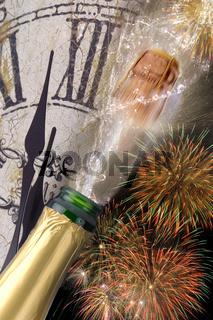Champagner mit fliegendem Korken und Feuerwerk zu Neujahr 2017
