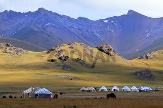 Jurtenlager und Hochgebirge am Songköl-See (Son Kul, Song Kol), Kirgisistan
